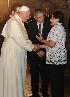 El papa Francisco estrechando la mano de la superviviente del Holocausto Java Schik. Yad Vashem, 26/05/2014