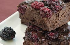Oil-Free Vegan Fudgey Blackberry Brownies Serves 9 Ingredients: grams semi sweet chocolate chips or semi sweet bak. Vegan Treats, Vegan Desserts, Just Desserts, Dessert Recipes, Vegan Bar, Vegan Chef, Vegan Food, Raw Vegan, Vegan Vegetarian