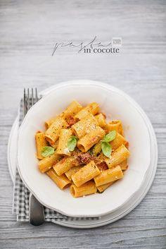 pane&burro: One pot pasta: rigatoni al pomodoro e pecorino Gnocchi Dishes, Pasta Dishes, Food Dishes, Wine Recipes, Pasta Recipes, Easy Cooking, Cooking Recipes, Confort Food, One Pot Pasta