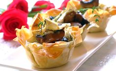 Looking for an impressive dinner party starter? These Brie and Mushroom Phyllo Cups will knock the socks off your guests! Side Recipes, Beef Recipes, Snack Recipes, Cooking Recipes, Healthy Recipes, Easy Cooking, Recipies, Dinner Party Starters, Xmas Starters