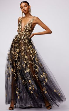 Floral, embroidered tulle dress by Oscar de la Renta Vestidos Fashion, Fashion Dresses, Couture Dresses Gowns, Evening Gowns Couture, Sheer Dress, Tulle Dress, Sequin Dress, Gold Dress, Elegante Jumpsuits