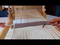 Clase 2 (parte 2) Rayado horizontal , clase libre y gratuita - YouTube Basket Weaving, Hand Weaving, Knitting Videos, Tapestry Weaving, Loom, Textiles, Youtube, Rugs, Diy
