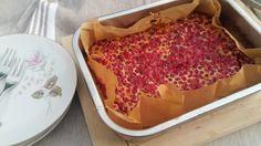 Französisches Clafoutis ist eine Mischung aus Auflauf und Kuchen, traditionell mit schwarzen Kirschen. Probiert mal Preiselbeer-Clafoutis, schmeckt toll!