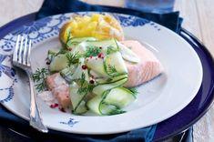 Pošírovaný losos & okurkový salátek s jogurtem | Apetitonline.cz