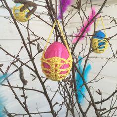 Time to crochet some cute basket to your painted eggs. Små söta korgar till dina målade ägg gör du i bomullsgarn 8/4 och virknål 2,5 . Easter bags.