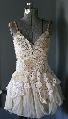 The Doily Dress - I have tons of vintage doilies, crochet and linen. Diy Fashion, Ideias Fashion, Linens And Lace, Estilo Boho, Diy Clothing, Cool Costumes, Mode Inspiration, Vintage Lace, Crochet Clothes