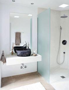 reforma baño con lavabo sobre encimera, mampara fija para zona de ducha con recubrimiento de microcemento.
