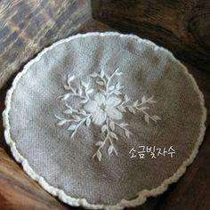 네츄럴리넨에 흰 모사로 꽃 수 놓고 가장자리 빙둘러 레이스 뜨개질하여 도일리를 만들었습니다. mini #doily ...^^ #소금빛자수…