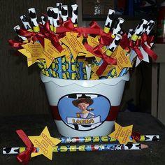 Lembrancinhas personalizadas: Lápis personalizados Jessie Toy Story, Festa Toy Store, Toy Story Party, Lucca, Toys, Aldo, Safari, Party Ideas, Toy Story Birthday