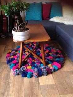 気に入った毛糸を見つけたら、ポンポンをたくさん作ってみませんか?つなぎ合わせるだけで、素敵なインテリアグッズを作ることができるんです♡