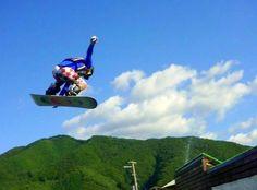 【関東】夏でもスノボ!?ジャンプ台からプールに飛び込むウォータージャンプを楽しもう! - トリッピース