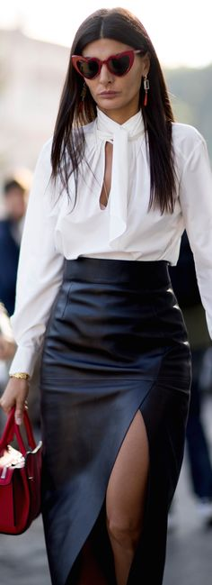 Giovanna.falda negra cuero camisa  seda blanca