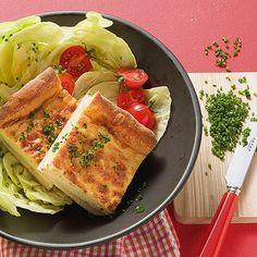 Zu dem herzhaften Käsekuchen passt ein grüner Blattsalat und ein Glas Wein.
