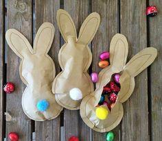 Ostergeschenk Aus Backpapier zwei Hasenformen ausschneiden und zusammen nähen. Kleine Öffnung offen lassen, mit Süßigkeiten befüllen. Anschließend die kleine Öffnung auch noch zunähen.