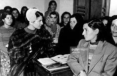 identisch mit #22242 Soraya (Esfandiary Bakhtiary) *-+ Kaiserin von Persien 1951-1958, Iran - Besuch einer Abendschule in Teheran, in der Erwachsene alphabetisiert werden - Dezember 1956