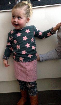 Combinatie shirt, legging en roze rokje met kabelpatroon
