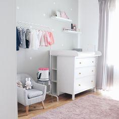 BABY GIRL MEETS PRADA, GUCCI & CO // Heute gibt es einen Einblick ins süße Babyzimmer von Sandra. Ein Mädchenzimmer in einem zarte...