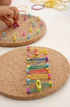 Fine motor activity - rubber bands and thumbtacks on cork! Love the bright colors! (just as long as the kids don't pull out the tacks, could be dangerous)A geoboard for developing fine motor skills.Meine Pinn-Boards zum Thema Lernen befinden sich j…Diy Motor Skills Activities, Montessori Activities, Gross Motor Skills, Learning Activities, Preschool Activities, Kids Learning, Finger Gym, Funky Fingers, Material Didático