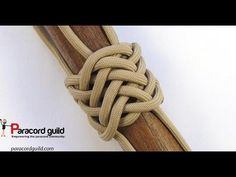 this video I cover another multi strand turk's head knot. This time it is the multi strand herringbone knot. This is a really handy, but sadly underused k. Rope Knots, Macrame Knots, Micro Macrame, Paracord Braids, Paracord Bracelets, Paracord Tutorial, Bracelet Tutorial, Turks Knot, Nudo Simple