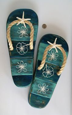Decorate your patio, poolside, or beach house with these cool handmade flip flops! Tropical Home Decor, Coastal Decor, Ibiza, Flip Flop Craft, Blue Flip Flops, Beach Crafts, Wooden Decor, Beach House Decor, Beach Themes