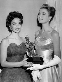 Natalie Wood & Grace Kelly accepting an award for James Dean in He had died on September Natalie looks destroyed. Hollywood Icons, Old Hollywood Glamour, Golden Age Of Hollywood, Vintage Hollywood, Hollywood Stars, Natalie Wood, James Dean, Patricia Kelly, Gene Kelly