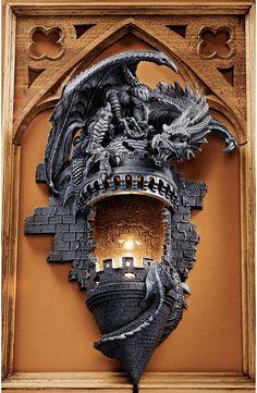 [Dragón Esculpido Encaramado en la Torreta de Castillo Medieval -Dramática Decoración de Pared.]