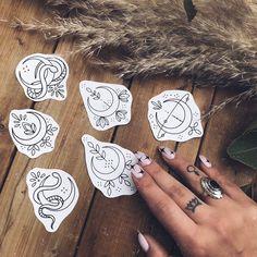 Small Moon Tattoos, Mini Tattoos, Flash Art Tattoos, Body Art Tattoos, Tatoos, Compass Tattoo, Arm Tattoo, Tattoo Mond, Flash Design