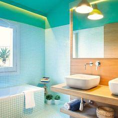 La voz cantante de este cuarto de baño la llevan la madera y los azulejos que, unificados en suelos y paredes, dividen el espacio en dos zonas diferentes y con estilo propio.