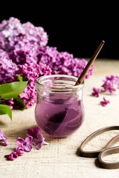 Using lilac flowers, I make a simple syrup to add to desserts like panna cotta and gelato. You can also use it in cake recipes that require… Lilac Flowers, Edible Flowers, Flower Food, Simple Syrup, Natural Oils, Panna Cotta, Pavlova, Blueberry, Gastronomia