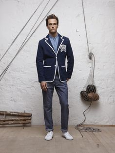 Eden Park previews the spring / summer 2011 collection with this look at a piped blazer from its collection. A classic warm weather option for men, this blue blazer features white contrast piping throughout, and a beautiful crew crest on the breast,…