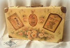 Walizka w stylu retro : herbaciane róże , cienie pittorico , złocenia i gorsety - Decoupage. Shabby Vintage, Vintage Decor, Shabby Chic, Vintage Suitcases, Vintage Luggage, Painted Suitcase, Decoupage, Old Luggage, Space Crafts