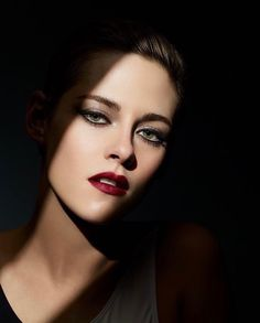 Kristen Stewart in Chanel Noir et Blanc Makeup fall 2019 collection. Lucia Pica explores this colour duo made iconic by Mademoiselle Chanel Kristen Stewart Chanel, Kristen Stewart Fan, Kirsten Stewart, Angel Makeup, Sils Maria, Campaign Fashion, Dark Lipstick, Black Lips, Night Makeup