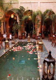 Um casamento inspirado em Marrocos: piscina decorada ao estilo marroquino.