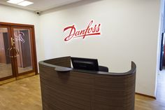 Impact desk at Danfoss Impact reception desk Cardboard front, painted steel and solid bamboo   Receptionsdisk pap front, stål top og bambus plade Sustainable, bæredygtig, curved reception desk, buet receptionsdisk