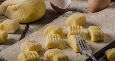 Domácí gnocchi: Jsou směšně snadné a kupované se s nimi nedají srovnat! | Recepty.Blesk.cz Pesto Pasta, Gnocchi, Slovenian Food, Pasta Salad Recipes, Sun Dried, Ricotta, Easy Meals, Yummy Food