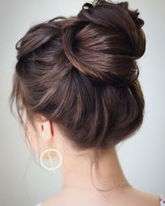 SIMPLE HIGH BUN The first hairstyle we have to show you is a simple high bun. This is a gorgeous updo that you can dress up or down to suit any occasion. The stylist who created this look said that a bun like this can be created by putting your hair in Updos For Medium Length Hair, Medium Hair Styles, Long Hair Styles, Updo Tutorial, High Bun Hairstyles, Pretty Hairstyles, Wedding Hairstyles, Hairstyle Ideas, High Bun Tutorials