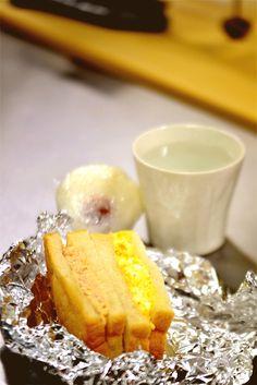 2016/12/1 午前6時。 うっすら日の出の気配の中、腹ごしらえタイム。食パンのはしっこを気合で薄く(これでも)スライスしてサンドイッチ。ツナマヨと卵です。向こうにあるのは大好物の梅むすび。勿論お手製ですが・・・。お白湯と共にいただきます。さて、これからがバタバタ本番です。束の間の静けさでした。