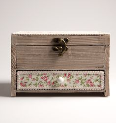 https://www.sassandbelle.co.uk/Daisy Jewellery Box with Drawer