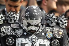 A fan bows his head during a moment of silence for Oakland Raiders. Broncos Vs Raiders, Raiders Sign, Raiders Stuff, Raiders Baby, Oakland Raiders, Manning Nfl, Peyton Manning, Nfl Playoff Picture, Raider Game