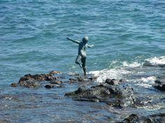 Nos parece muy cautivadora la sensación de libertad que produce esta escultura a tamaño real de un niño entrando en el mar como un bailarín lo haría en el escenario... ¡obras de arte mágicas que adornan el litoral español!
