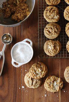 Salted White Chocolate Oatmeal Cookies via @honestlyyum