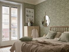 : Pastel colors floral wallpaper and wicker for a cozy bedroom # de . : Pastel colors floral wallpaper and wicker for a cozy bedroom # design Scandinavian Wallpaper, Scandinavian Interior, Maximalist Interior, Decor Inspiration, Double Duvet, Duvet Bedding, Bedroom Flooring, Cozy Bedroom, Serene Bedroom