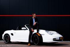 Een man en zijn machine. Trots op zijn auto en vastgelegd op een passende wijze. #porsche