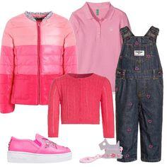 Polo rosa a maniche lunghe su simpatica salopette di jeans con cuori rosa a rilievo. Cardigan corto, a costine rosa corallo e slip on fucsia con stelle glitterate. Riprende tutte le sfumature di rosa il piumino trapuntato. Immancabile il porta ciuccio in tinta con clip a forma di setter.