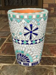 Another pot made for my family Mosaic Planters, Mosaic Flower Pots, Diy Planters, Planter Pots, Mosaic Crafts, Dream Garden, Deco, Stained Glass, Diy And Crafts