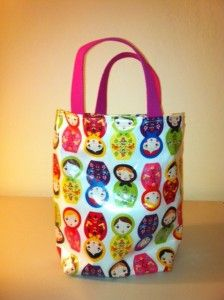 Easy Laminated Lunch Tote  In this tutorial you will learn how to make a super easy lunch tote with laminated cotton fabric so that your bag will be easily cleanable and protect against spilling.