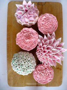 More flowers...makes me want to just stay at home and decorate cupcakes all day!