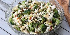 Super simpel salat med broccoli, æbler og feta, der smager helt forrygende i selskab med ristede græskarkerner og den dejlige dressing. Salad Menu, Salad Dishes, Easy Salad Recipes, Easy Salads, Crab Stuffed Avocado, Cottage Cheese Salad, Raw Broccoli, Broccoli Salat, Seafood Salad