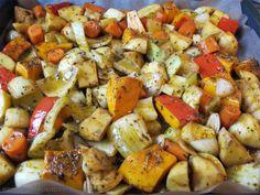 Ofengemüse mit Hokkaido-Kürbis, Kartoffeln, Fenchel, Möhren und Zwiebeln auf dem Backblech