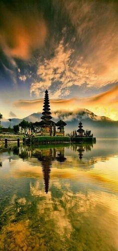 Indonèsia, Bali, Baturiti, Candikuning, Bedugul: Temple Ulun Danu, Llac Bratan.